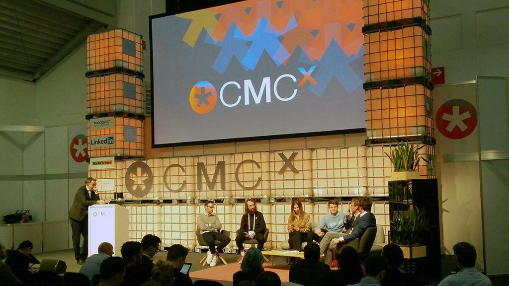Hier sitzt Felix von der Laden gemeinsam mit Vertretern von Disney, Sky, BuzzBird und der Influencerin, Bloggerin und Moderatorn Maria Astor in einer Diskussion.
